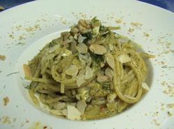 Pasta con un pesto di agrumi, funghi porcini e caciocavallo ragusano